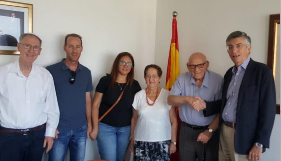 Ben Abir –segon per l'esquerra– donant la mà a l'ambaixador espanyol a Israel el 26 de juliol quan se li va comunicar la nacionalitat.