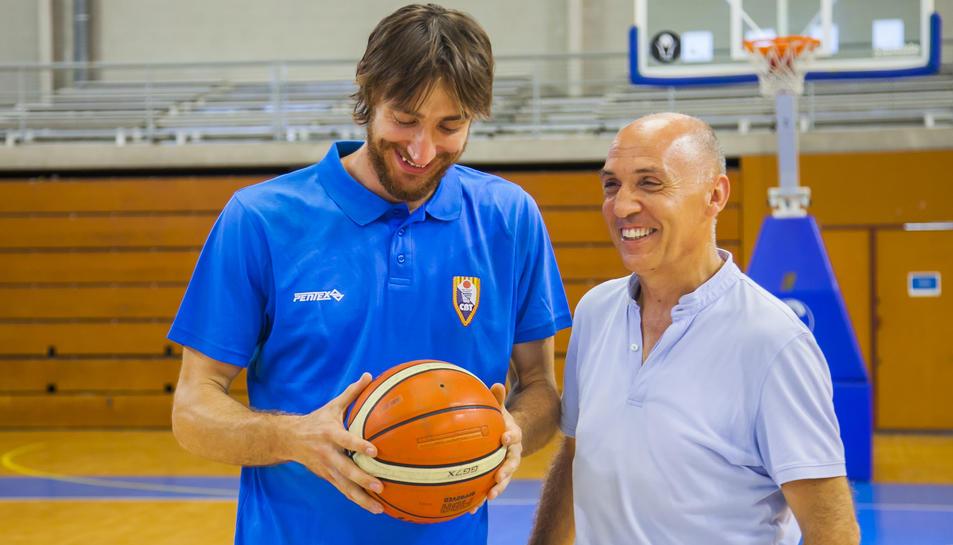 Ferran Torres i Jacint Rodríguez al pavelló del Serrallo, després d'anunciar la renovació.