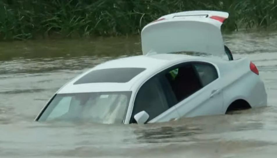 Imatge del vehicle enfontsant-se al riu.