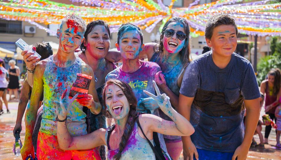 La Festa Major de Bonavista compta amb tota mena d'actes, un d'ells és la 'Súper Holi Party', celebrada ahir diumenge.