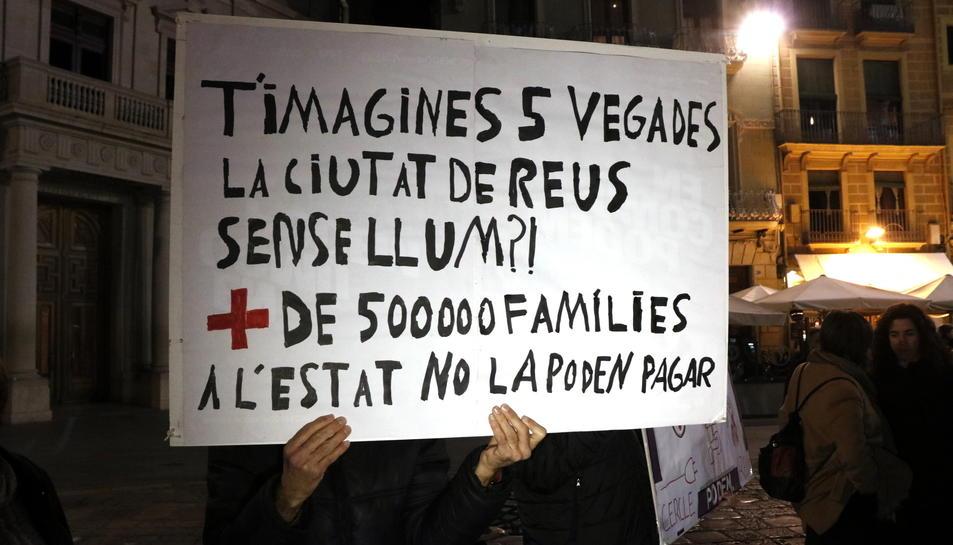 Un cartell que denuncia l'elevat nombre de llars que no poden pagar la factura de la llum.