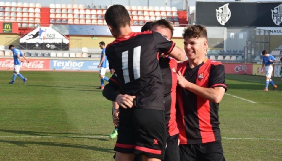 Un jove jugador del CF Reus celebrant un gol durant la temporada passada.