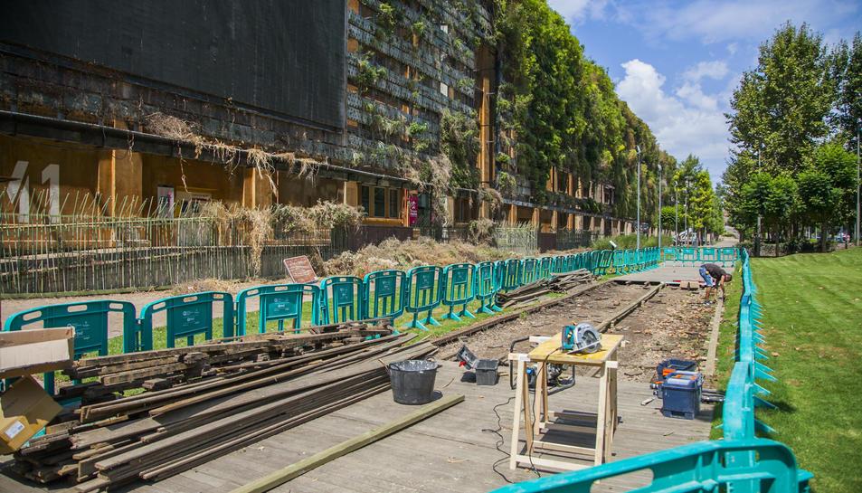 Un operari treballa, ahir a la passarel·la de fusta de a Tabacalera.