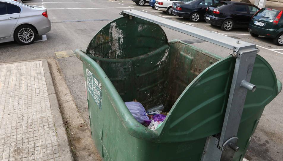 El contenidor està ubicat davant del bloc número 1.