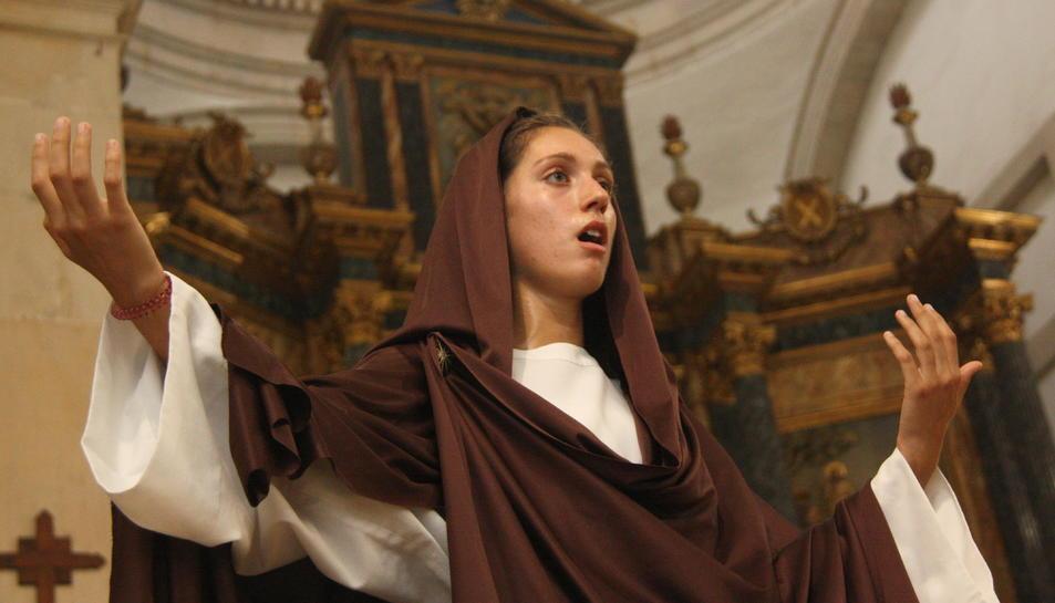 L'actriu que representa la Verge Maria, cantant un dels textos del Misteri de la Selva.