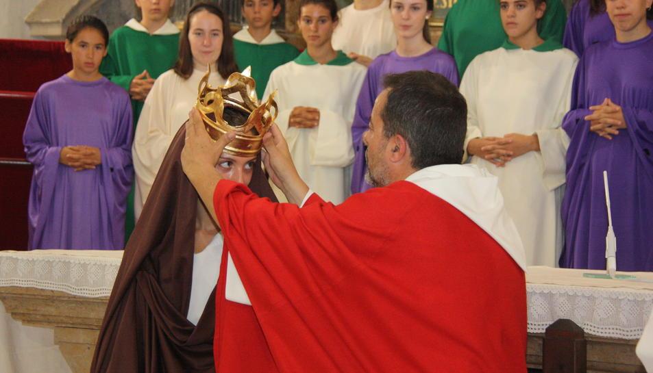El moment en què Jesús col·loca la corona a la Verge Maria, durant un assaig del Misteri de la Selva.