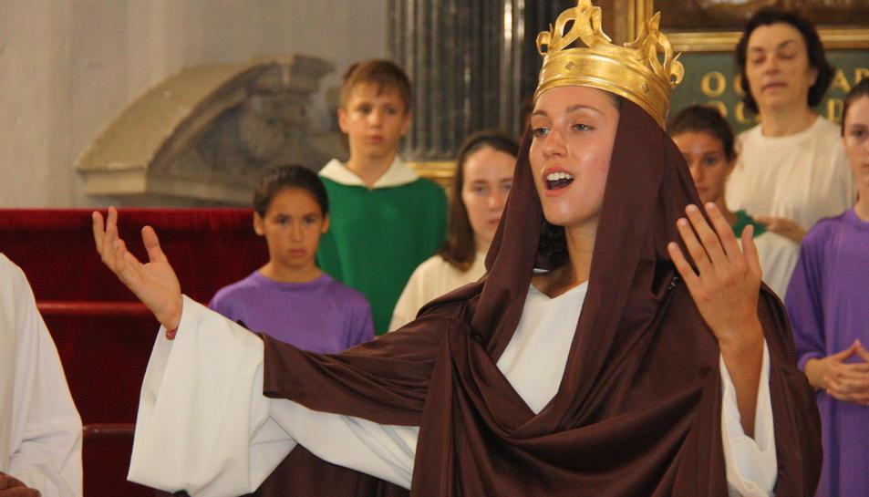 La Verge Maria, ja coronada, canta durant un assaig del Misteri de la Selva.