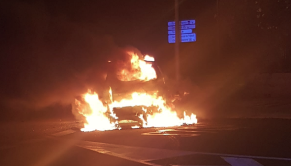 Imatge del vehicle, en flames.