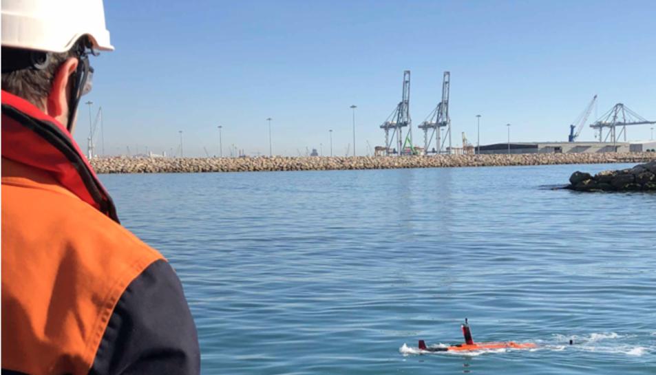 Un treballador de Repsol manipula un dron submarí al Port de Tarragona.