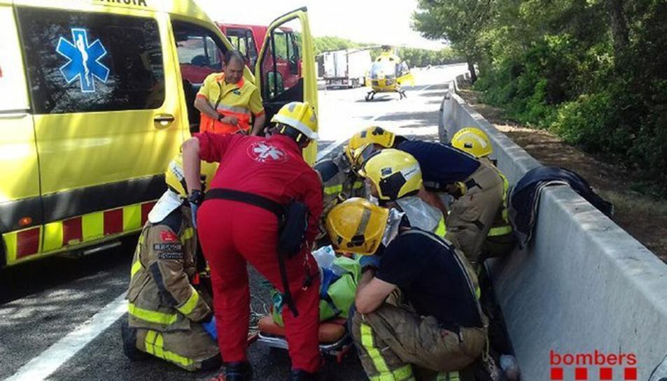 Els Bombers i tècnics del SEM treballant al lloc de l'accident.