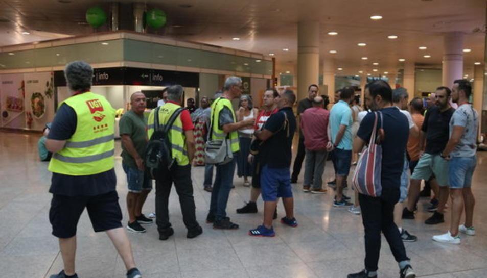 La quinzena de treballadors d'Ibèria concentrats a la zona d'arribades de l'aeroport del Prat.
