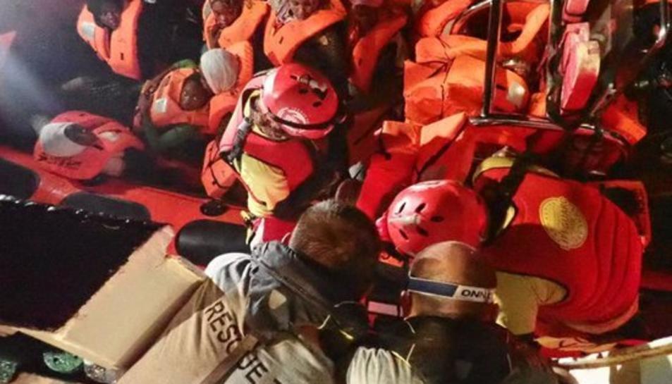 Imatge de migrants rescatats al mar Mediterrani per Proactiva Open Arms.