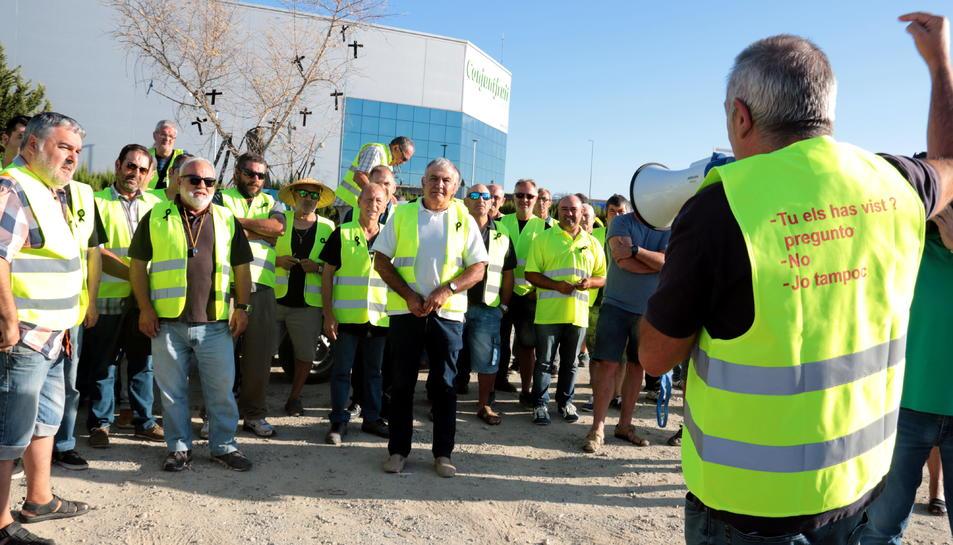El president d'Asaja Lleida, Pere Roqué, dona indicacions als pagesos abans d'iniciar la marxa lenta, a l'àrea de servei de Torrefarrera.