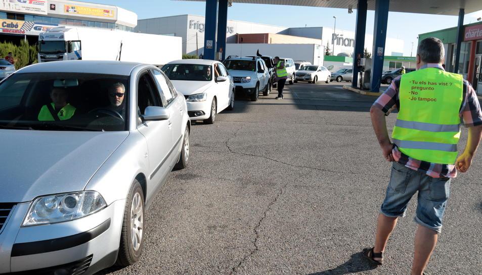 Alguns dels vehicles participants abans d'iniciar la marxa lenta, a l'àrea de servei de Torrefarrera.