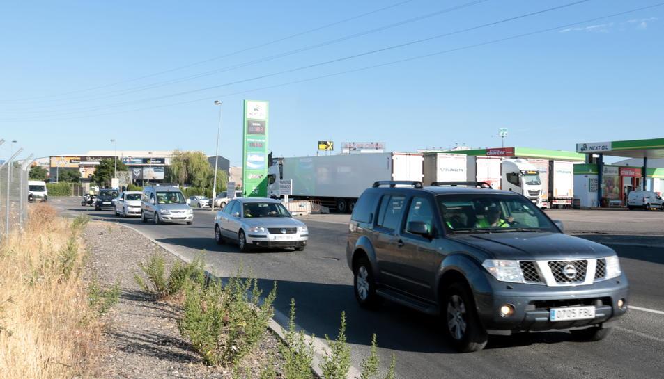Alguns dels vehicles participants iniciant la marxa lenta, a l'àrea de servei de Torrefarrera.