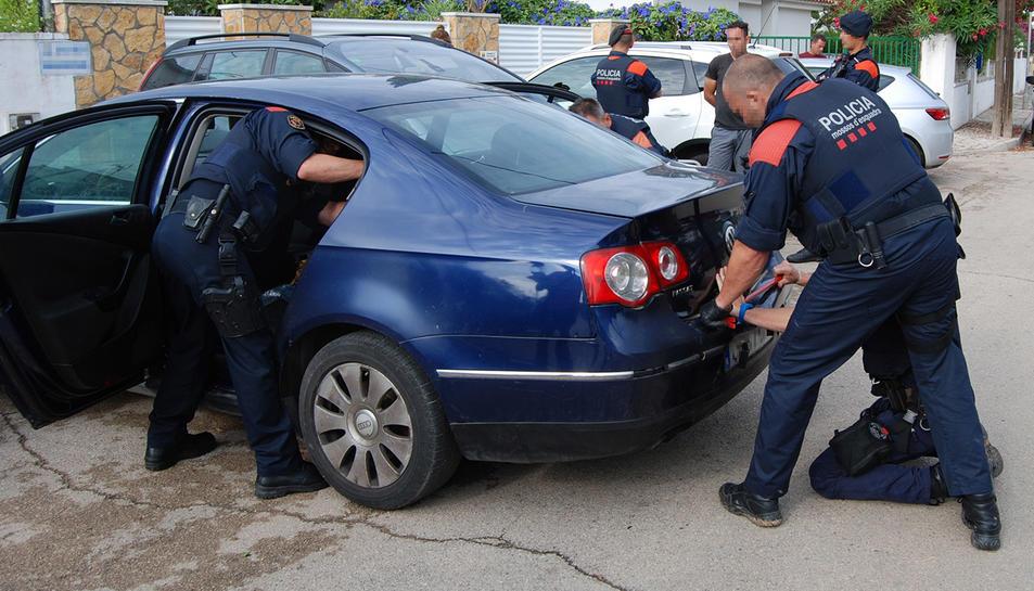 Imatge del moment de la detenció d'un dels integrants del grup criminal.