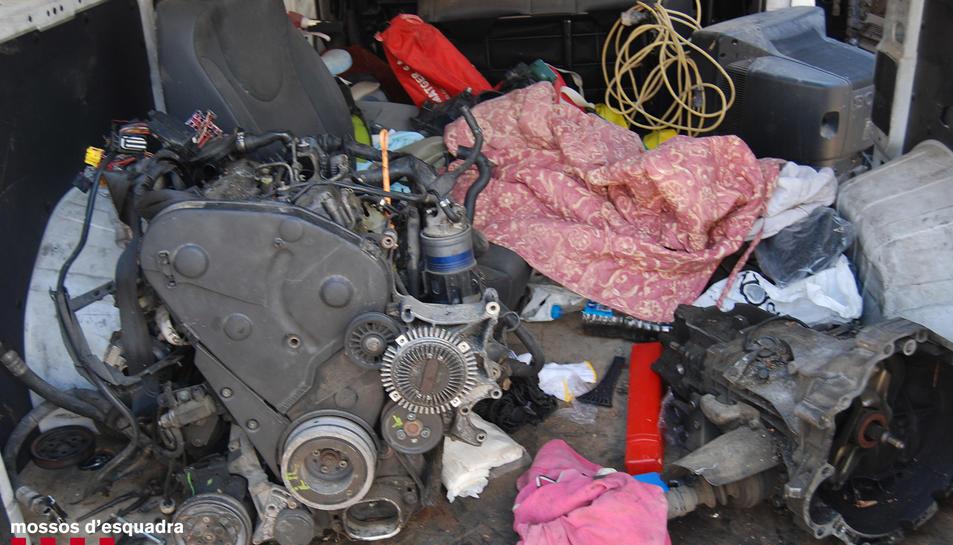 Els mossos van recuperar en les entrades diversos objectes relacionats amb el robatori i tràfic de motocicletes.