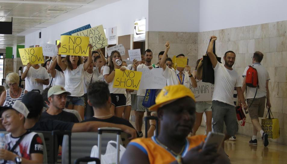 Pla obert dels treballadors de Ryanair manifestant-se dins de les instal·lacions de l'Aeroport de Girona-Costa Brava.