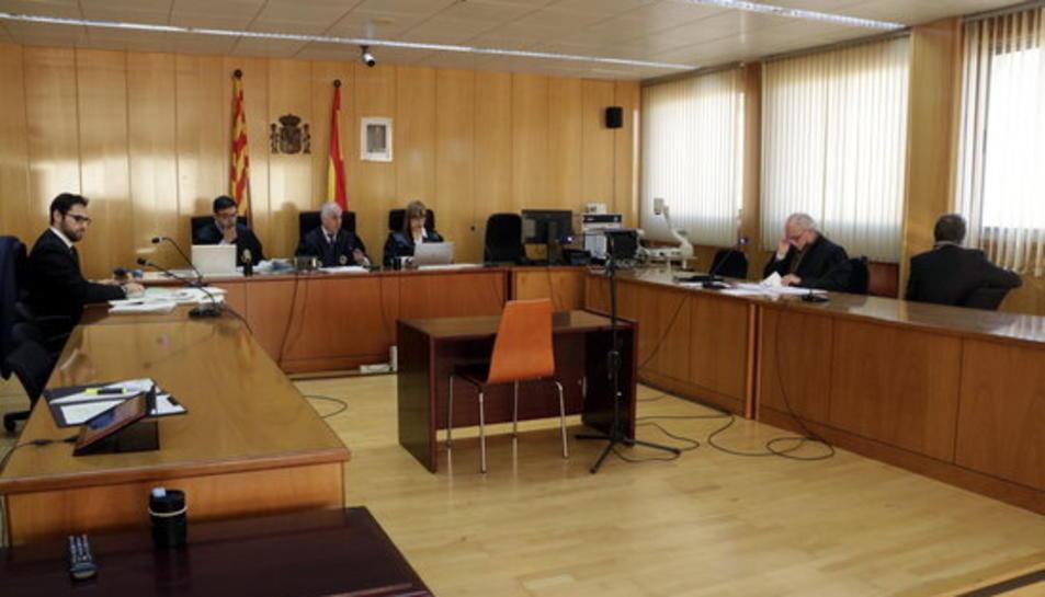 Imatge de la sala de vistes de l'Audiència de Tarragona amb l'acusat d'abusar de la filla i d'una amiga d'aquesta, assegut d'esquenes a la dreta.