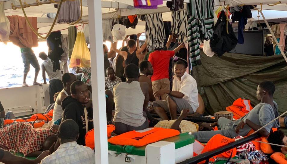 Pla general d'alguns migrants a bord del vaixell de rescat Open Arms.