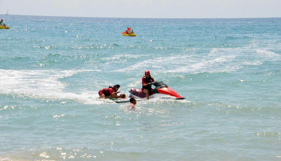 Imatge del simulacre a la platja Llarga de Roda.