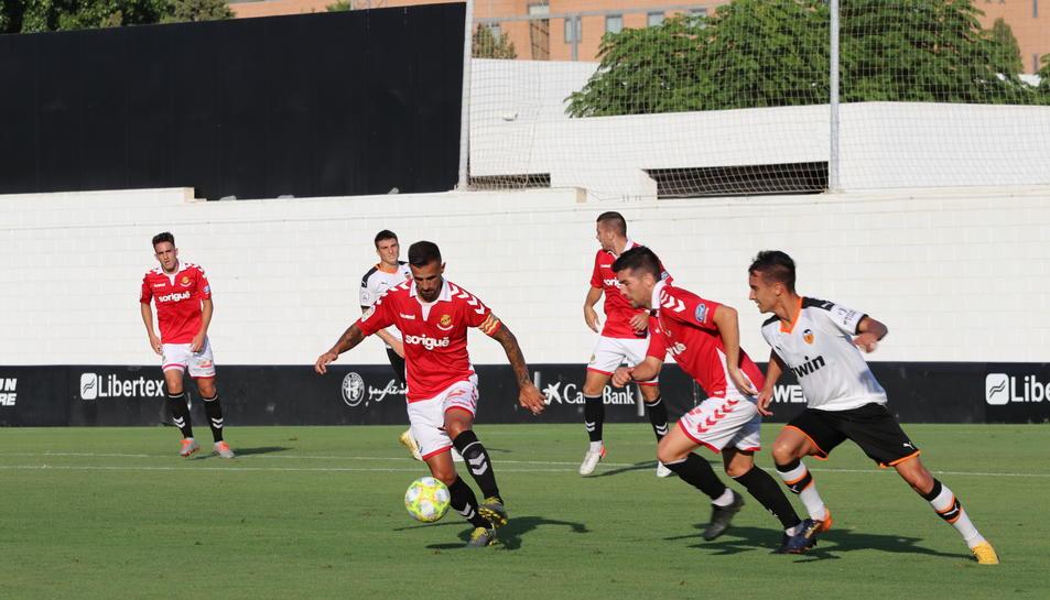 Javi Márquez controla una esfèrica en un mal partit dels tarragonins.