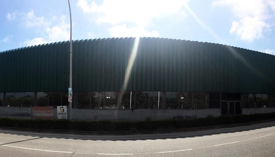 La façana del Pavelló Joan Ortoll, que actualment s'està remodelant.