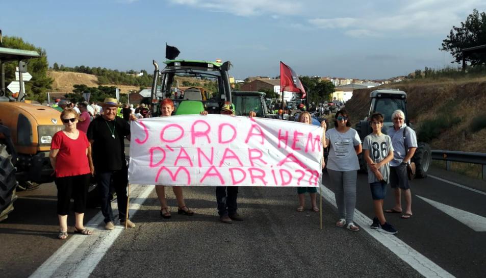 Pla general d'un grup de persones afectades pel foc de la Ribera d'Ebre durant un tall de la C-12, el 18 d'agost del 2019 (horitzontal)