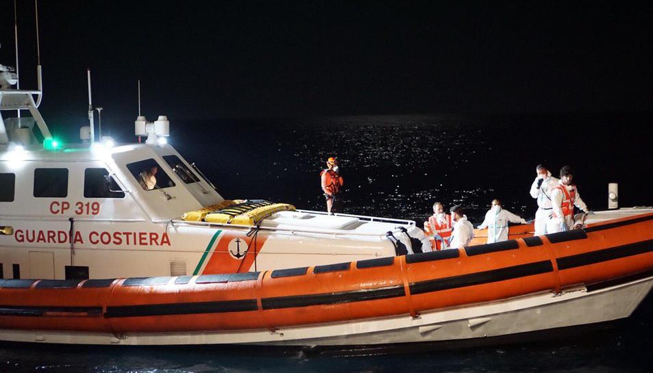 Embarcació dels guardacostes italians que han escortat una pastera amb 57 migrants que ha atracat al port de Lampedusa dissabte a la nit.