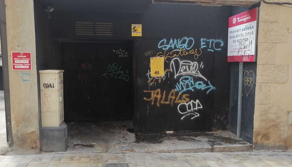 Racó amb restes d'orins al carrer Trinquet Nou.