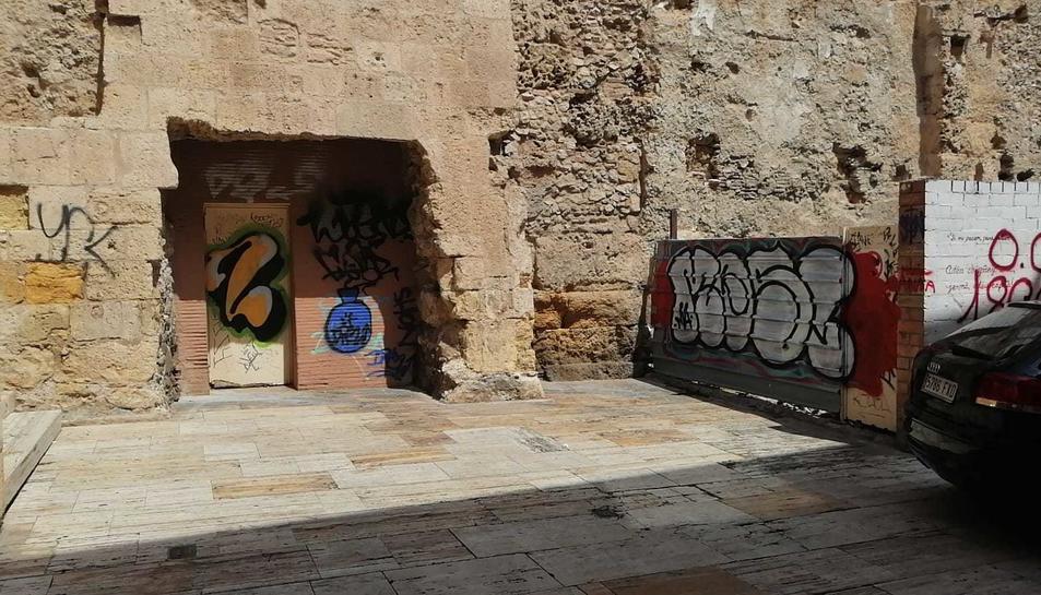 Racó amb restes d'orins al carrer dels Ferrers.