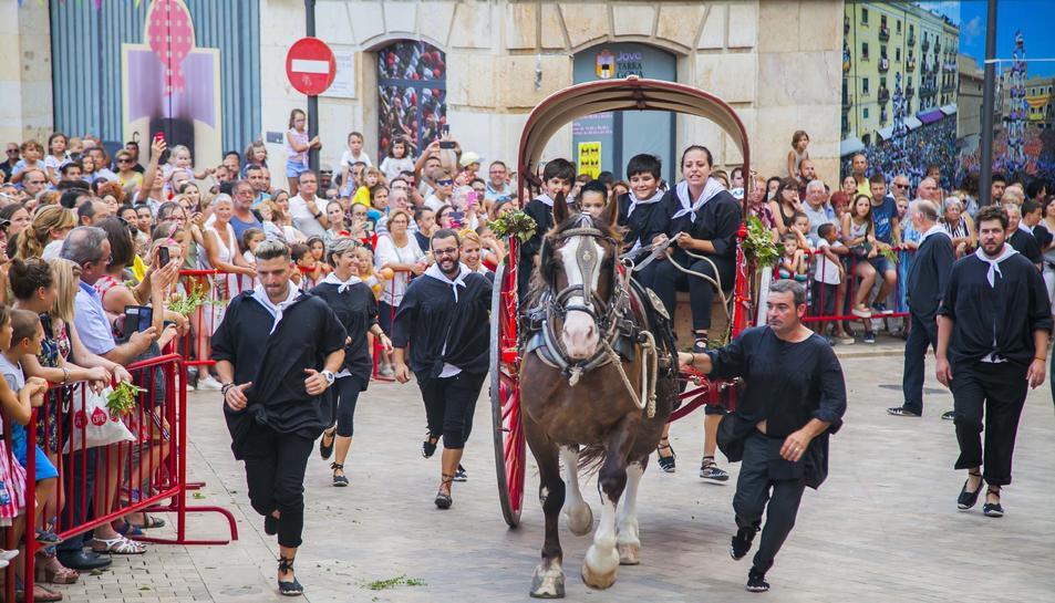Imatges de l'arribada de l'aigua de Sant Magí a Tarragona, la salutació a l'aigua de les colles castelleres i la ballada de gegants