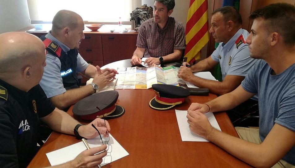 L'alcalde Kenneth Martínez i el regidor de Festes Christian Soriano es reuneixen amb Policia local del Vendrell i Mossos d'Esquadra.