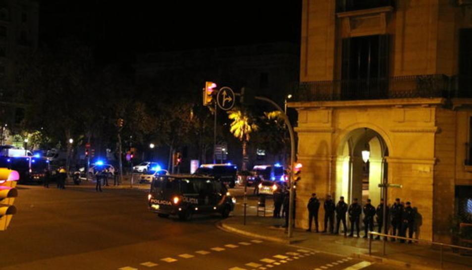 La plaça d'Antonio López, entre Via Laietana i Passeig de Colom, amb furgonetes policials i agents.