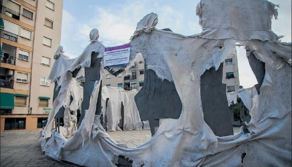 Aspecte actual de la tela que cobreix el monument de la plaça de la Sardana, construït el 1973.
