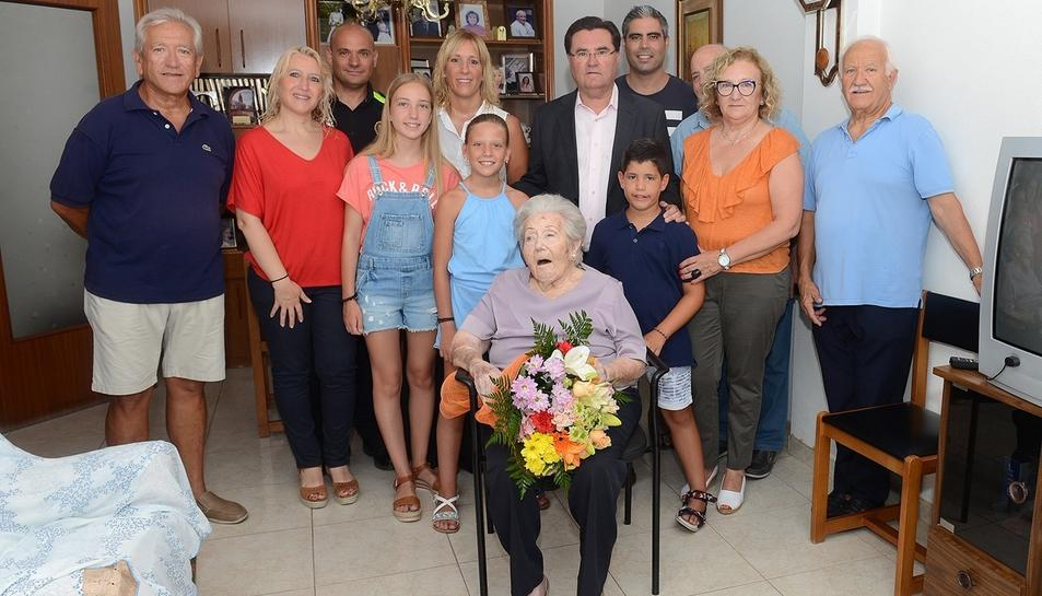 Fotografia de família dels assistents a l'homenatge a la centenària, en el qual hi va assistir l'alcalde Joan Maria Sardà.