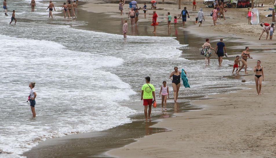Socorristes, ahir, en una de les platges de Salou, on l'empresa Servitur Salvament treballa.