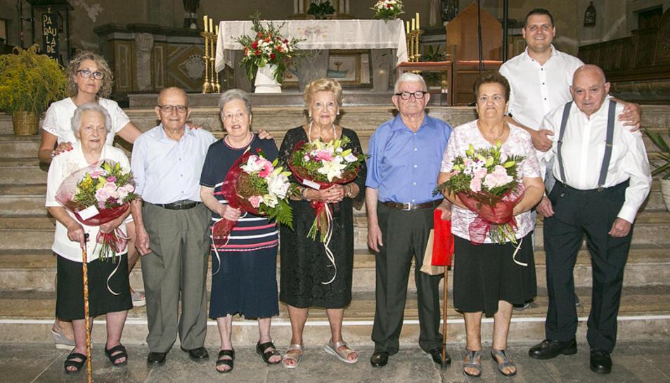 La regidora de Serveis Socials, Maria Roca, i l'alcade, Robert Figueras, amb alguns dels homenatjats.