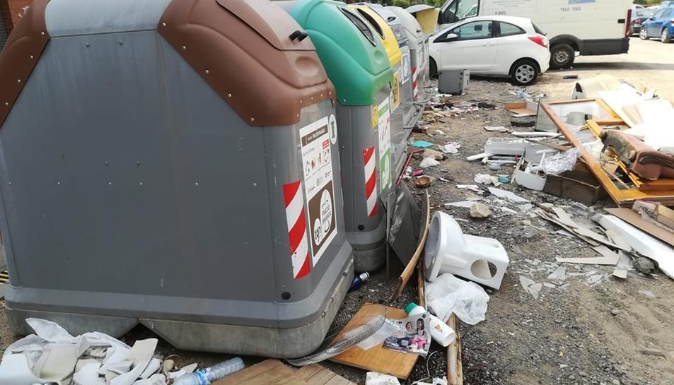 Mobles, portes i restes de deixalles i escombraries al costat d'un contenedor de Bonavista, el diumenge passat.