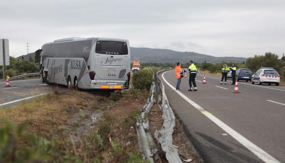 Imatge de l'accident entre un cotxe i un autobús a l'AP-7 a Amposta.