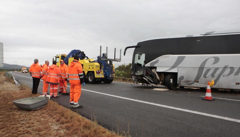 Imatge d'efectius treballant al lloc de l'accident.
