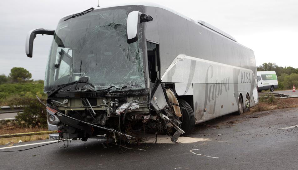 Imatge de l'estat en què ha quedat l'autobús implicat en l'accident.