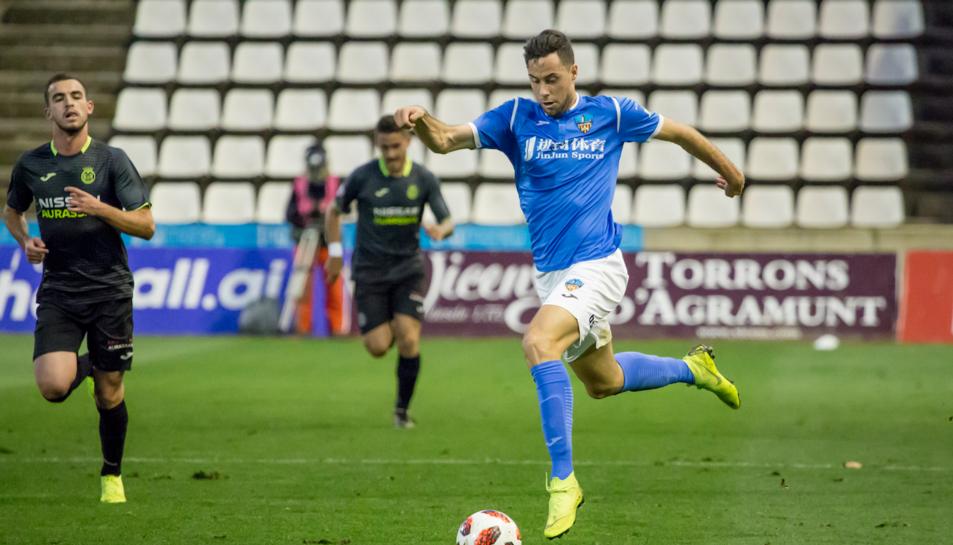 Pedro Martín condueix una esfèrica durant un partit disputat la passada temporada amb el Lleida Esportiu.