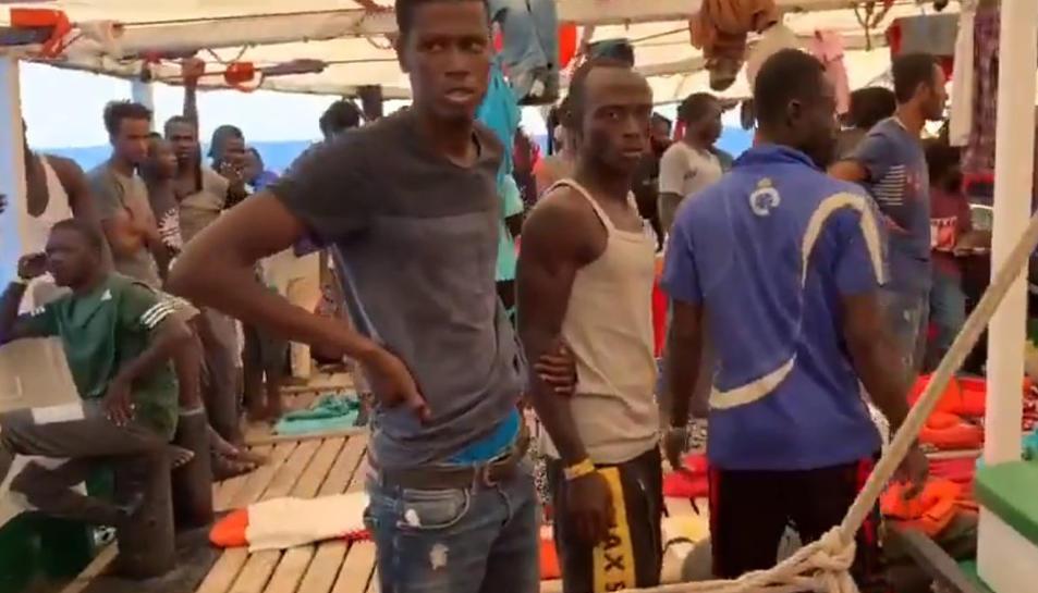 Migrants a bord de l'Open Arms en el 17è dia de navegació.