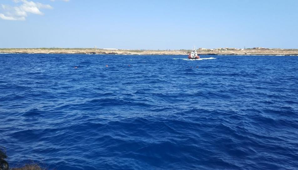 Els socorristes del vaixell, juntament amb els guardacostes italians, estan treballant per rescatar les persones que s'han llançat a l'aigua.