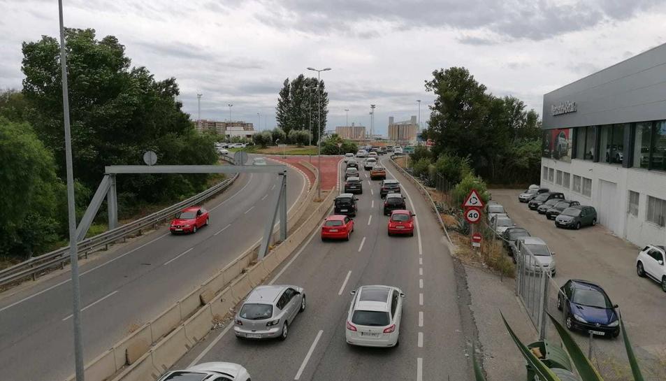 Els accessos de Tarragona han presentat llargues cues de vehicles.