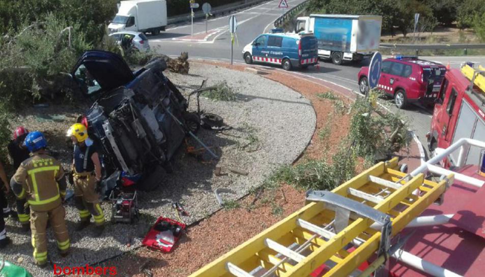 El conductor del vehicle ha quedat atrapat al seu interior.