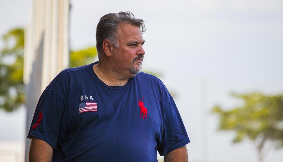 Clifton Onolfo veient un entrenament dels seus jugadors a l'estadi municipal de La Floresta.