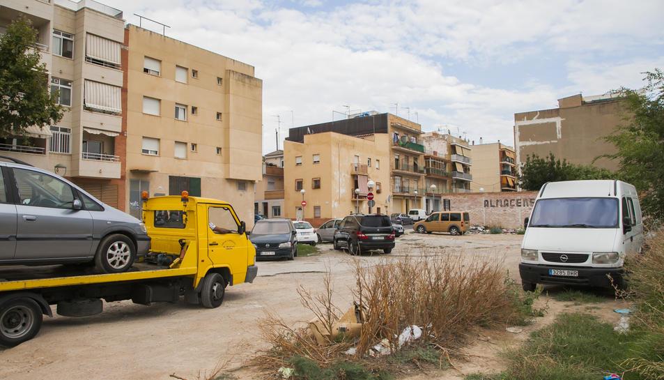 El solar del carrer Dos en confluència amb el carrer Vint-i-sis s'ha d'arranjar.