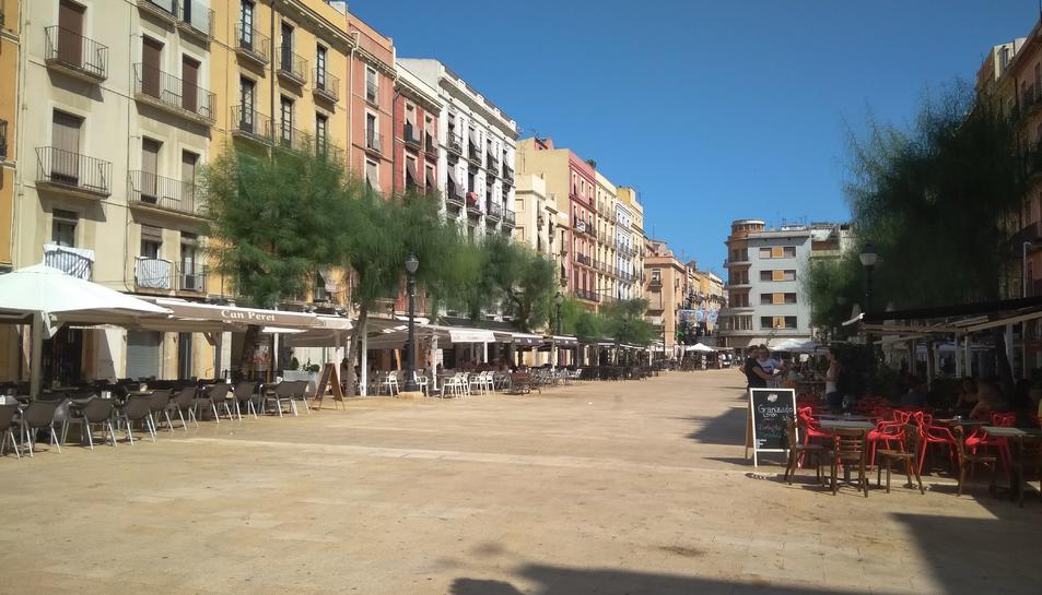 Les terrasses de la plaça de la Font van ser les primeres a rebre per part del nou Ajuntament.